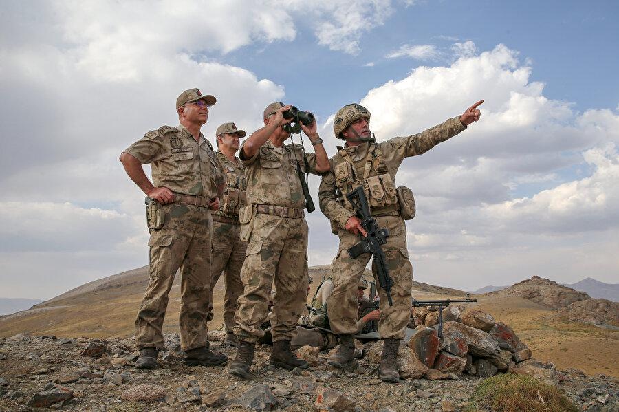 Hakkari, Şırnak ve Van il jandarma komutanlıklarının ortak katılımıyla, Jandarma Genel Komutanı Orgeneral Arif Çetin'in emir ve komutasında başlatılan Kıran Operasyonu'ndan bir kare.
