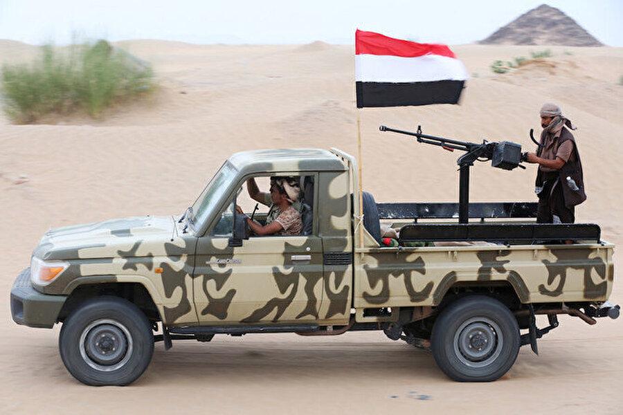 Hükümet güçleri, Şebve ilinde Güney Geçiş Konseyi ile süregelen çatışmalar sonucu ele geçirilen bölgede devriye geziyor.