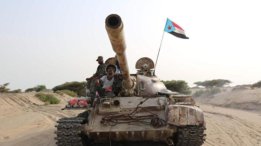 Güney Yemen'in bağımsızlığını savunan Güney Geçiş Konseyi denetimindeki birlikler Yemen'in güneyinde bir tankın üzerinde görülüyor.