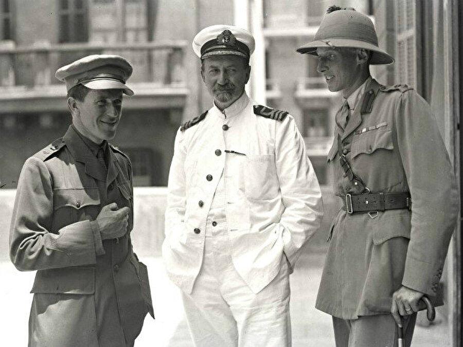 Hogarth (ortada), T. E. Lawrence (solda) ve Lt Col. Dawnay, Kahire'deki Arap Bürosu'nun önünde, Mayıs 1918.