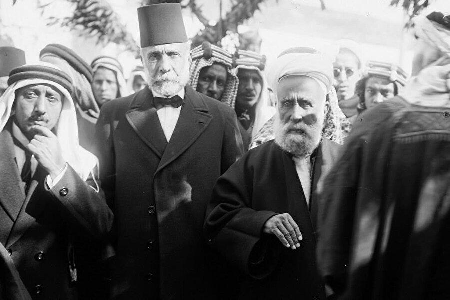 Şerif Hüseyin, (en sağda) 1920'ler. Şerif Hüseyin, başta açık bir Osmanlı karşıtlığı yürütmüyordu.