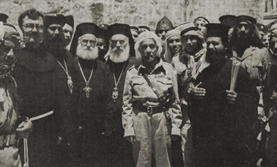 1948'de Doğu Kudüs'ü kontrolü altına alan Şerif Hüseyin'in oğlu Abdullah, Kudüs'teki Hristiyanlarla.