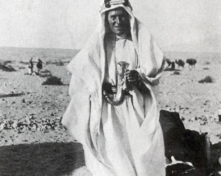 Lawrence, Haziran 1917'de Akabe'nin ele geçirilmesinden sonra Faysal'ın kuzeni Şerif Nasır'ın kendisine hediye ettiği Jambiya hançeriyle Arap çöllerinde.