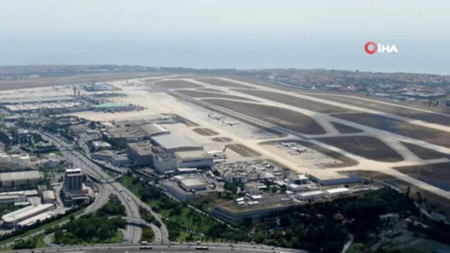 Uçaklar çürümeye başlayarak neredeyse hurdaya çıkmış durumda.