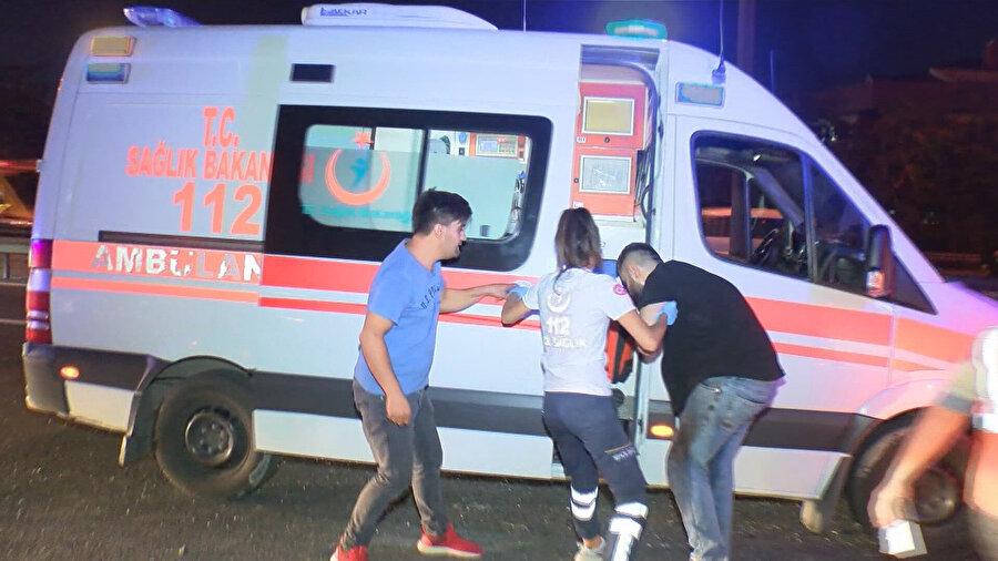 Makas atarken aracının takla atması sonucu yaralanan Efkan Yetişmiş ambulansa böyle bindirildi.