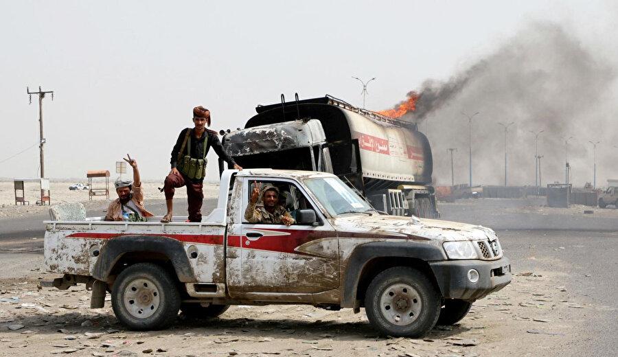 Güneydeki ayrılıkçılar, Aden'de hükümet güçleriyle devam eden çatışmalar sırasında yolda devriye geziyor. (Reuters)