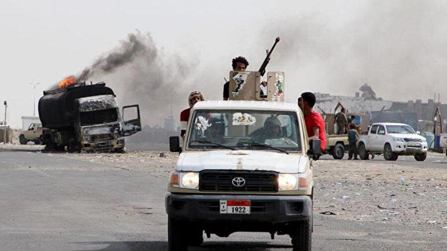 Yemen'in geçici başkenti Aden'de devriye gezen Güney Geçiş Konseyi militanları.