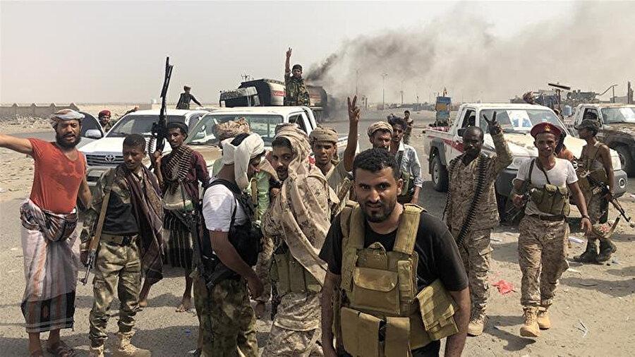 BAE destekli ayrılıkçılar Aden kentinin doğu girişindeki zafer kutlaması yaptı.