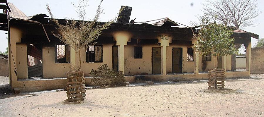 Borno eyaletinin başkenti Maiduguri'da Boko Haram tarafından ateşe verilen bir okul.