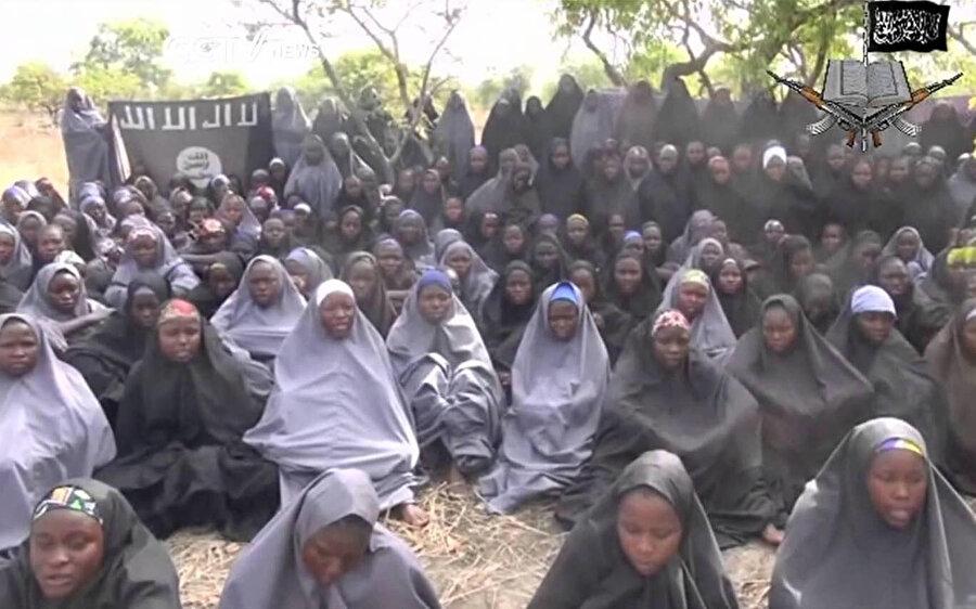 Borno eyaletine bağlı Chibok kentindeki yatılı okuldan kaçırılan kız çocuklarının birkaç hafta sonra örgüt tarafından yayınlanan görüntüleri.