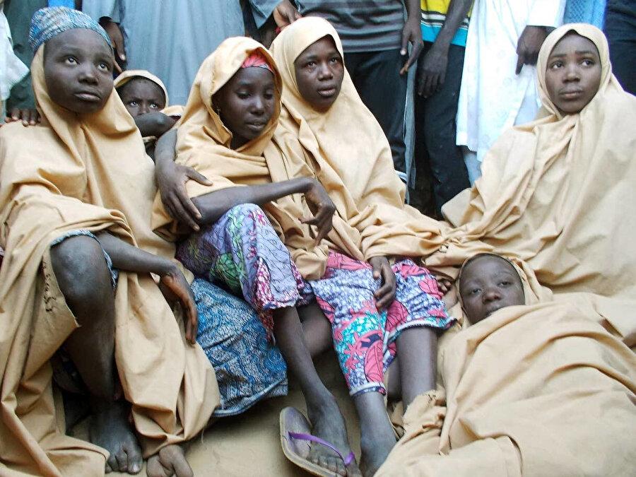 2018'de Dapchi şehrinden kaçırılan kız öğrenciler bir süre sonra örgüt tarafından salıverilmiştir. (Fotoğrafta, kısa süre önce örgütün elinden kurtulan öğrenciler görülüyor.)