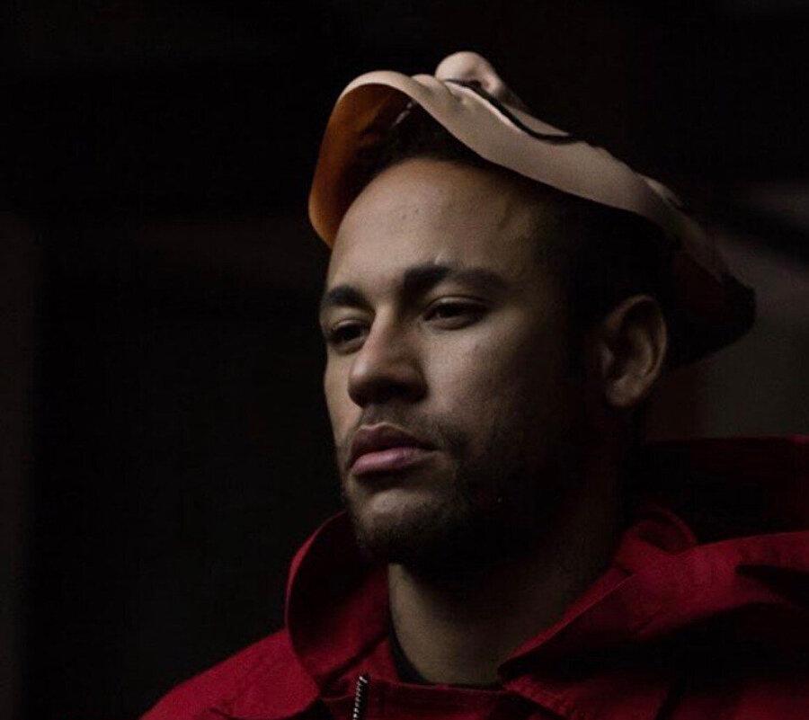 Neymar, videoda dizideki karakterlerle özdeşleşen kırmızı kostüm ve Dali maskesiyle görülüyor.