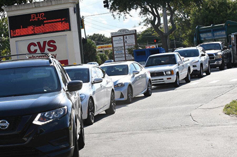 Florida sakinleri Winter Springs kasabasında Dorian kasırgasına hazırlık için benzin sırasında.