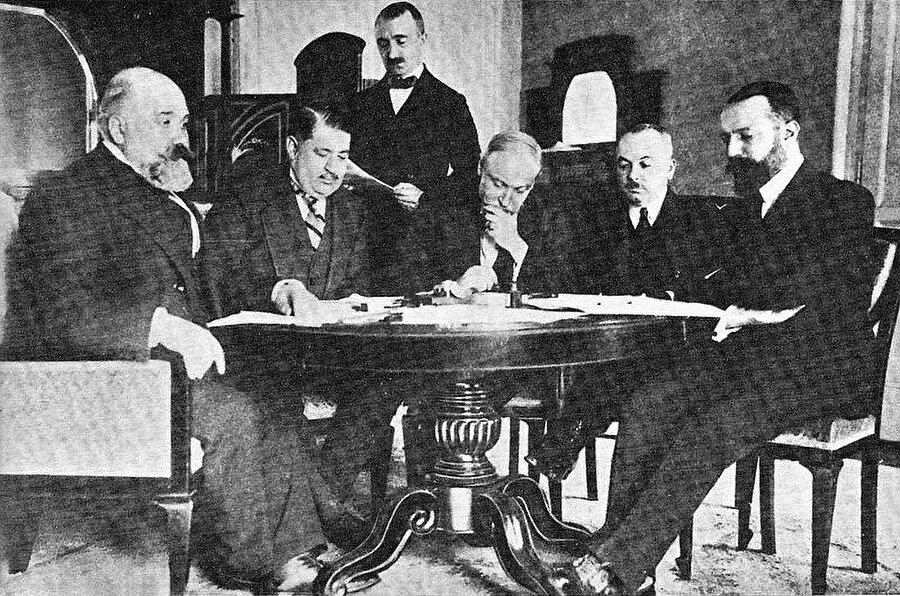 Uşi Anlaşması için Osmanlı ve İtalyan delegeler: (soldan sağa) Pietro Bertolini, Mehmet Nabi Bey, Guido Fusinato, Rumbeyoğlu Fareddin, Giuseppe Volpi.
