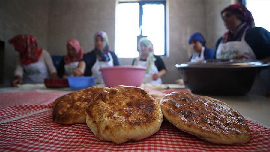Kardeşler köyünde kadınların yaptığı ekmekler