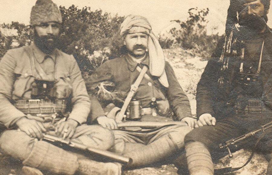 Teşkilatı Mahsusa fedaileri; Kuşçubaşı Eşref Bey, Ali Çetinkaya ve yaveri Mümtaz Trablusgarp, 1911.
