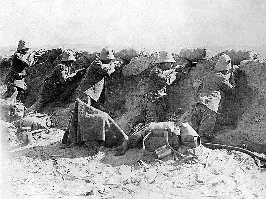 Osmanlı güçlerine ateş eden İtalyan birlikleri. Trablus 1911.