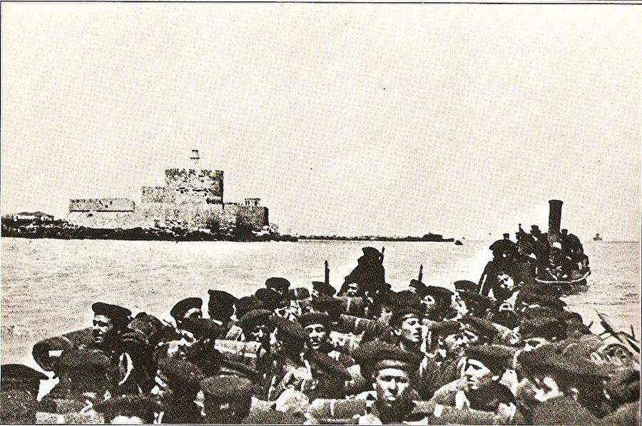 İtalyan askerleri Trablus'a yapılan çıkartma sırasında. Ekim, 1911.