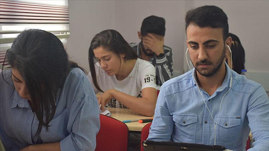 Ramazan Şimşeker öğretmenlerini sesini dinleyerek sınava hazırlandı ve Türkçe öğretmenliğini kazandı