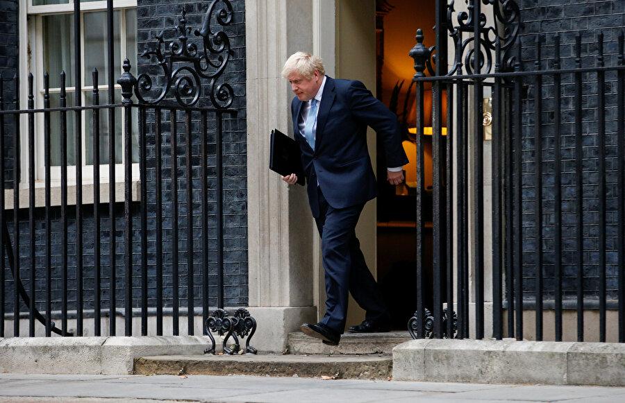 Boris Johnson, başbakanlık ofisi 10 Numara'dan çıkarken görünüyor.