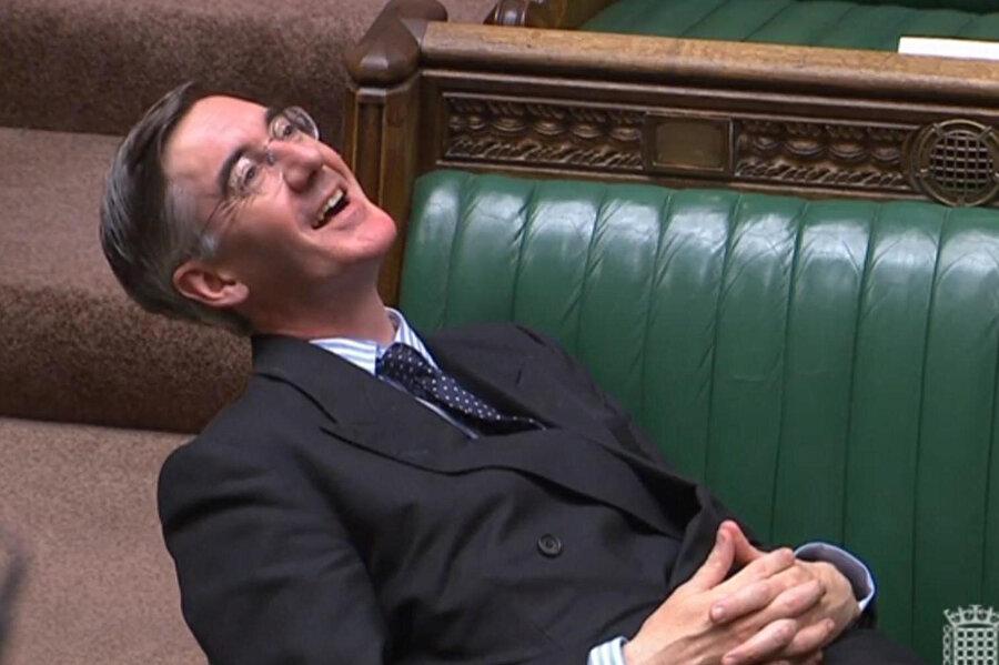 Mogg, yaptığı saygısızca hareket yetmezmiş gibi bir de tepkilere karşı kahkaha attı!