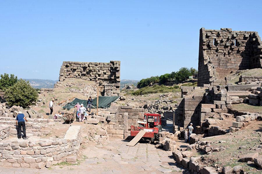 Antik kentte, farklı çağlara ait bronz sikkeler de buluntular arasında yer aldı
