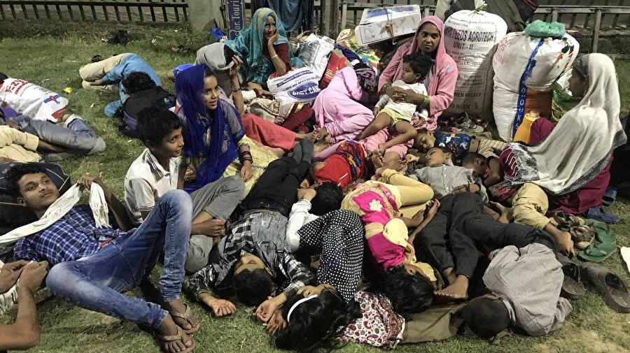 Keşmir'in başkenti Srinagar'da otobüs terminalinde bekleyen kadın ve çocuklar.