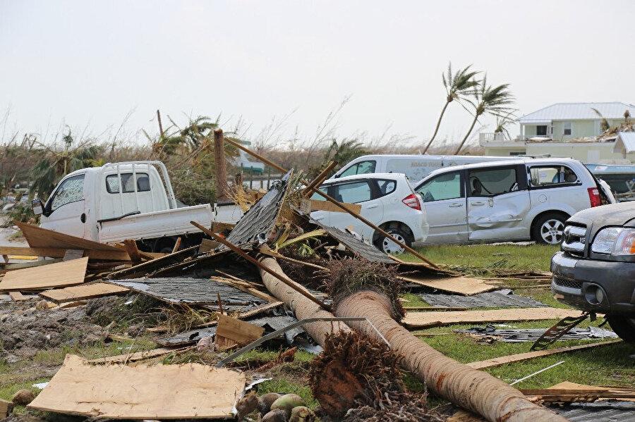 Kasırga büyük hasara yol açtı.
