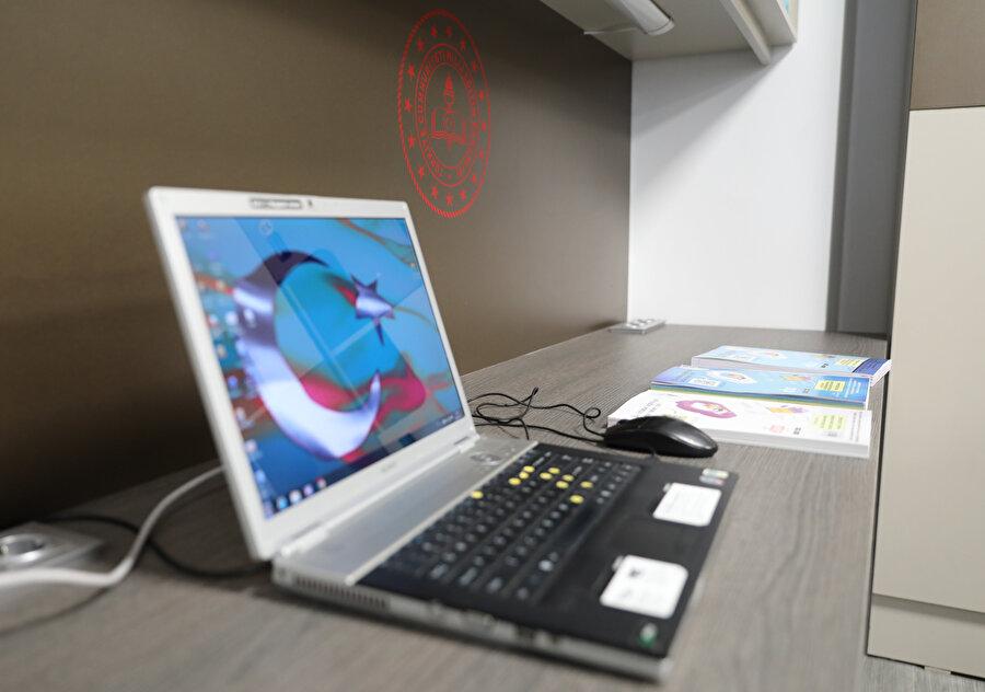 Teknolojiye entegre sehpalar ve çalışma masaları