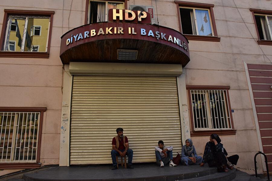 HDP Diyarbakır İl Başkanlığı önündeki eylemler sürüyor.