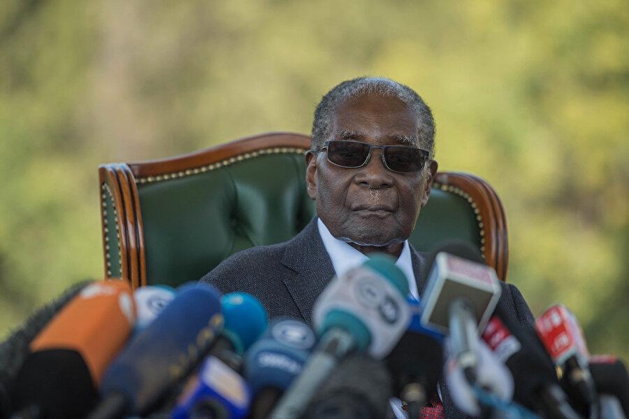 Robert Mugabe gazetecilerin sorularını yanıtlarken görünüyor.