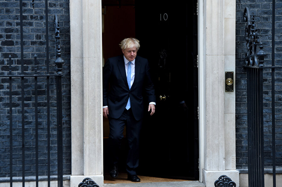İngiltere Başbakanı Boris Johnson, başbakanlık konutu '10 Numara'dan çıkarken görünüyor.