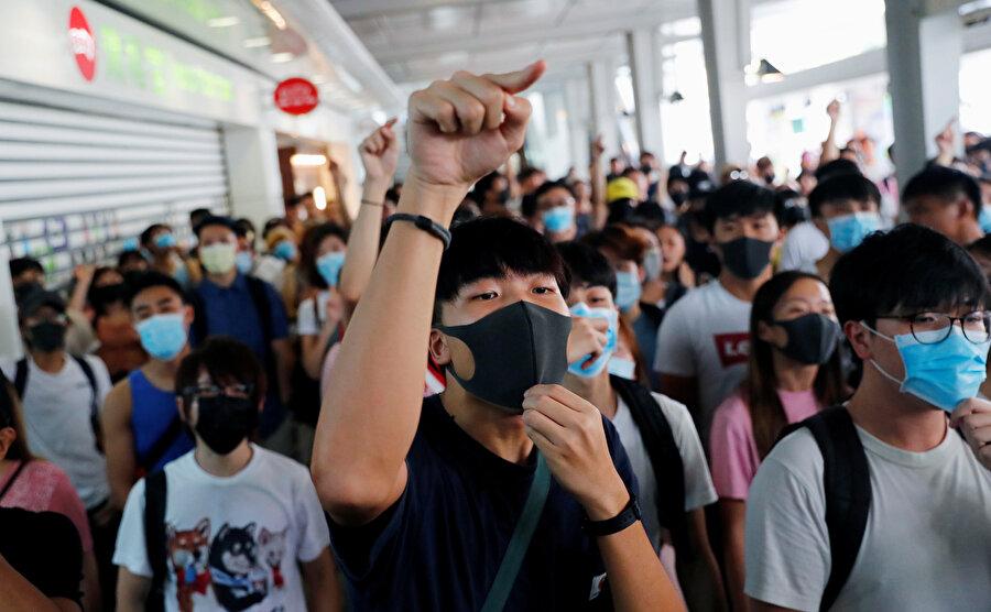 Göstericiler, yönetimin adımlarına karşın geri adım atmıyor.