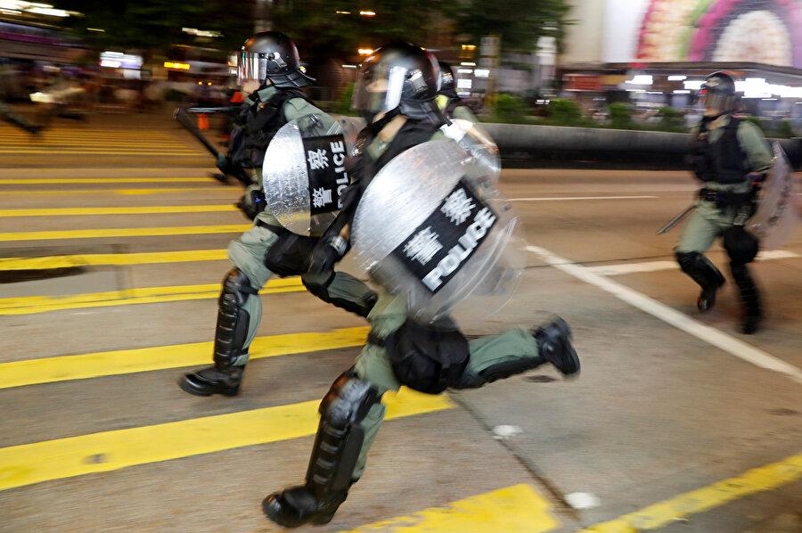 Gösteriye müdahale eden polisler.