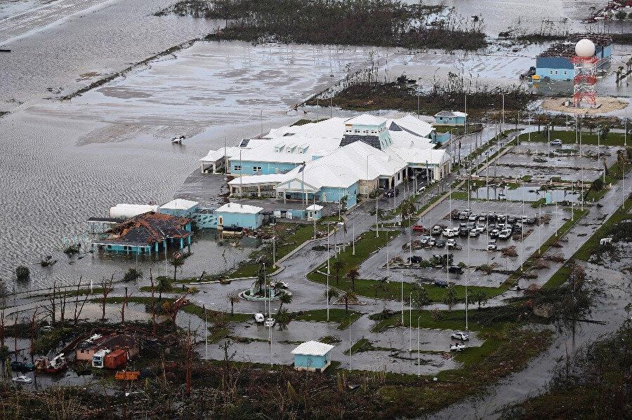 Kasırganın geçtiği yerlerde maddi hasarlar da oluştu.