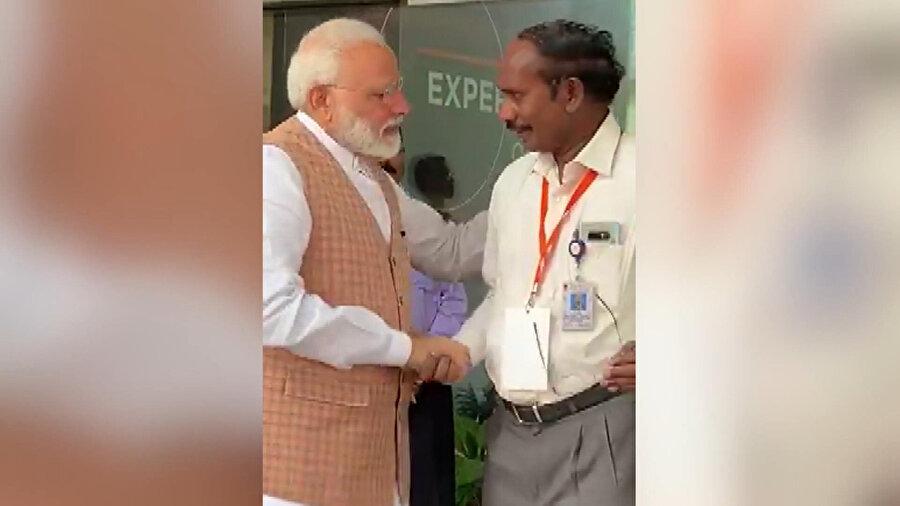 """Uzay aracıyla bağlantının kesilmesinin ardından bilim insanlarına yönelik konuşma yapan Modi,""""Bu kesinlikle küçük bir başarı değil ve bütün ülke sizinle gurur duyuyor"""" dedi."""