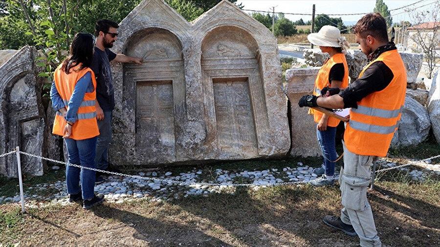 Aizanoi Antik Kenti'ndeki mezar taşları