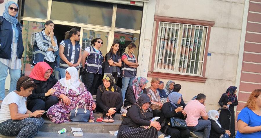 HDP binası önünde eylem yapan anneler