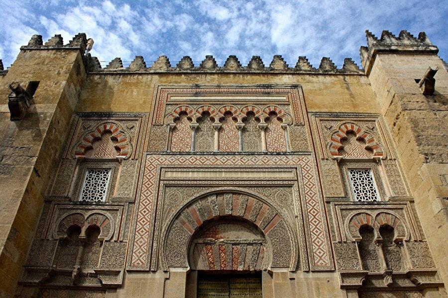 Kurtuba'nın bilim ve kültür merkezi olduğu 900'lerdeki Emir Abdurrahman döneminde inşa edilen Kurtuba Camisi, bugün katedral olarak kullanılıyor.