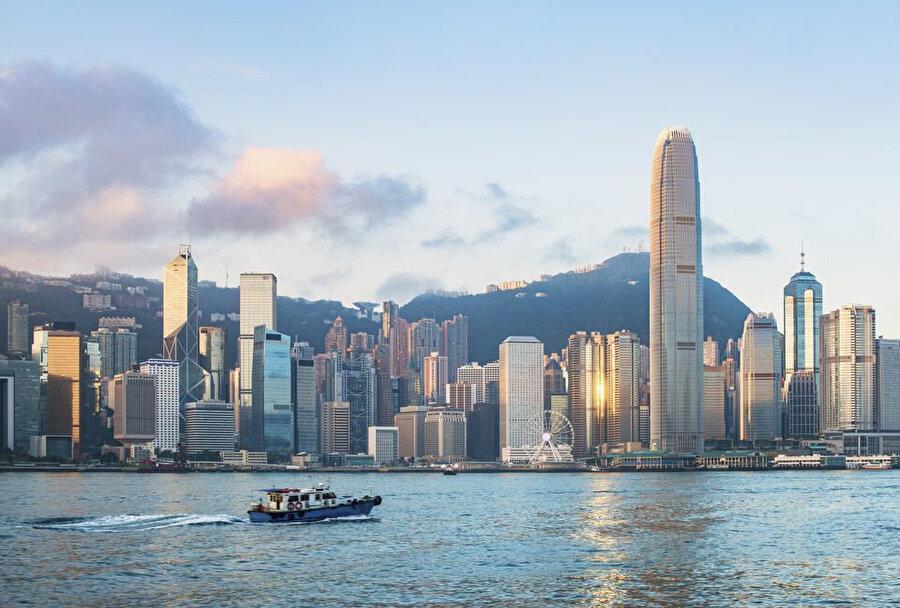 Hong Kong, dünyanın en büyük limanlarından biri ve Asya'nın en önemli ticari noktaları arasında.