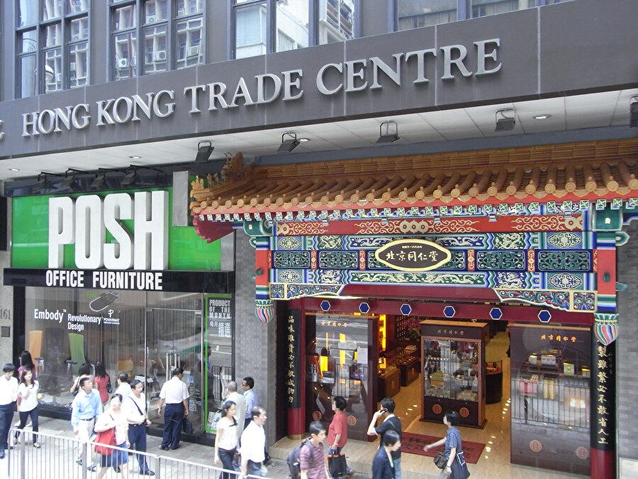 7,3 milyonluk nüfusuyla küresel ekonominin işlediği ana merkezlerden olan, dünyanın beşinci büyük döviz pazarı sayılan, dünya deniz ticaretinde en işlek limana sahip olan Hong Kong, gözde ticaret noktalarından.