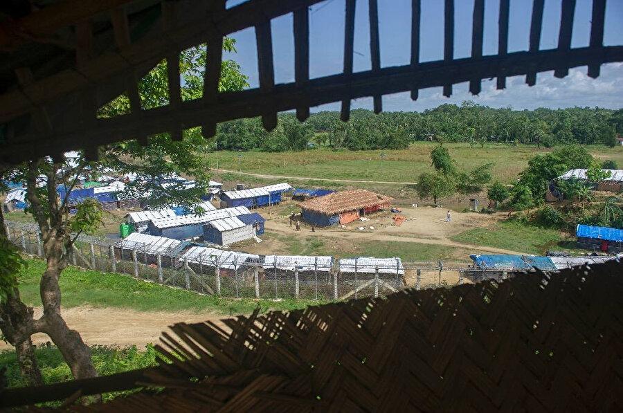 Myanmarlı Müslümanlar, Arakan'da yaşadıkları baskı ve zulümden dolayı sığındıkları Bangledeş'ten Arakan hükumetinin hazırladığı geçici kamplara dönmek istemiyor. Bu yüzden hazırlanan bu geçici kamplar çoğunlukla boş kalıyor.