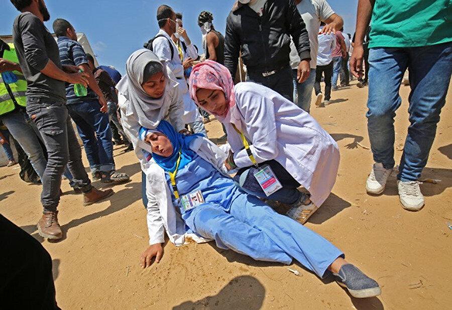Gazze şeridindeki gösteriler sırasında İsrail'in hedef aldığı bir acil tıp teknisyeni. 2018.