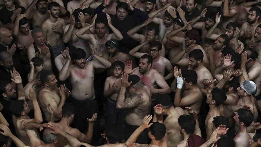 Aşure etkinlikleri kapsamındaki yas törenlerinde Hz. Hüseyin'i anmak için başlarına vuran Iraklı ve İranlı Şiiler.