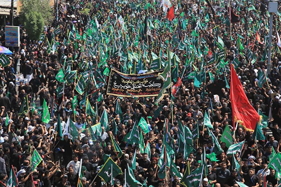 Muharrem ayının 10. gününde Irak'ın Kerbela kentinde toplanan Şiiler.
