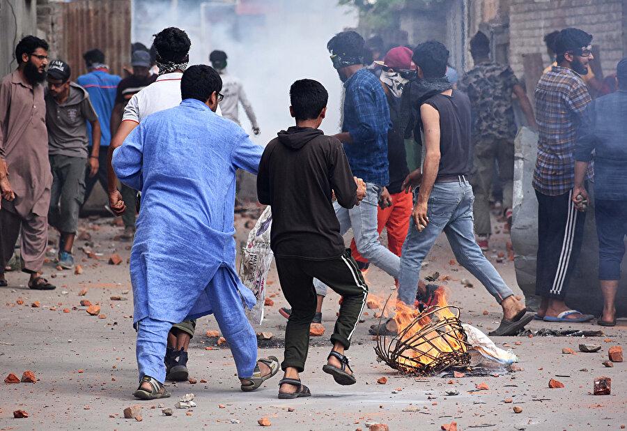 Hindistan'ın kontrolü altında bulunan Cammu Keşmir'e özel statü sağlayan 370. maddeyi kaldırmak için verdiği kanun teklifi, Hindistan'ın Cammu Keşmir bölgesindeki Srinagar kentinde protesto edilmişti.