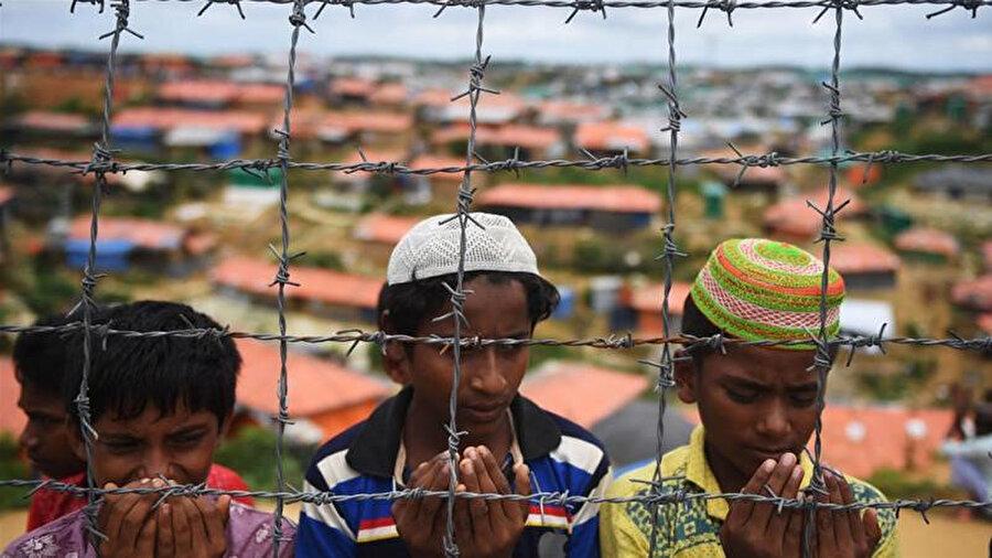 Bangladeş ordusu, Arakanlı mültecilerin yaratacağı tehlikelerden korunmak için mültecilerin yaşadığı 31 kampın çevresinin dikenli tellerle örülmesini teklif etti.