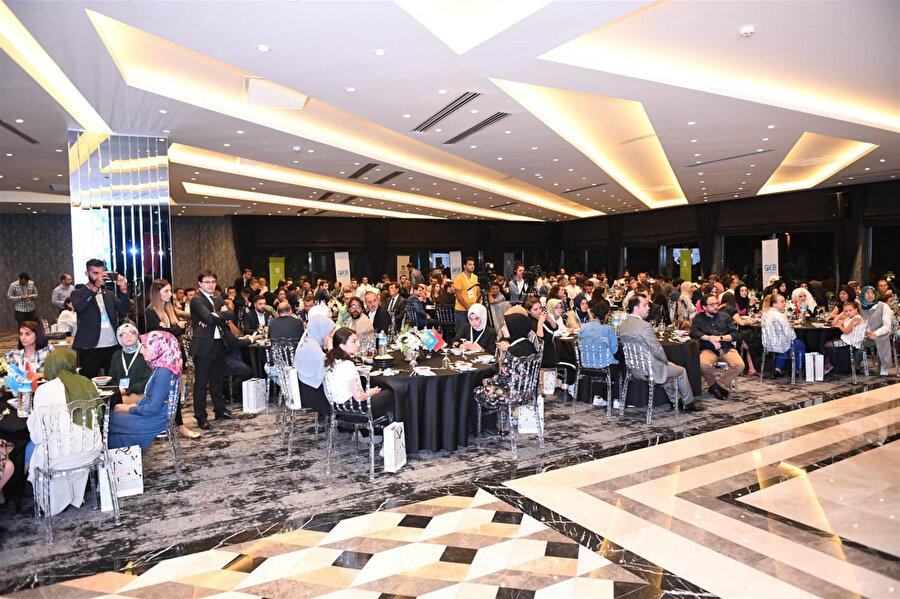 GKB Gençlik Zirvesi'nin açılış gününde katılımcılara yemek verildi