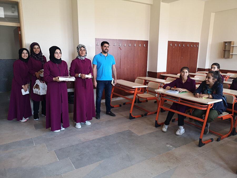 Yeni gelen öğrenciler üst sınıflar tarafından baklavayla karşılanıyor