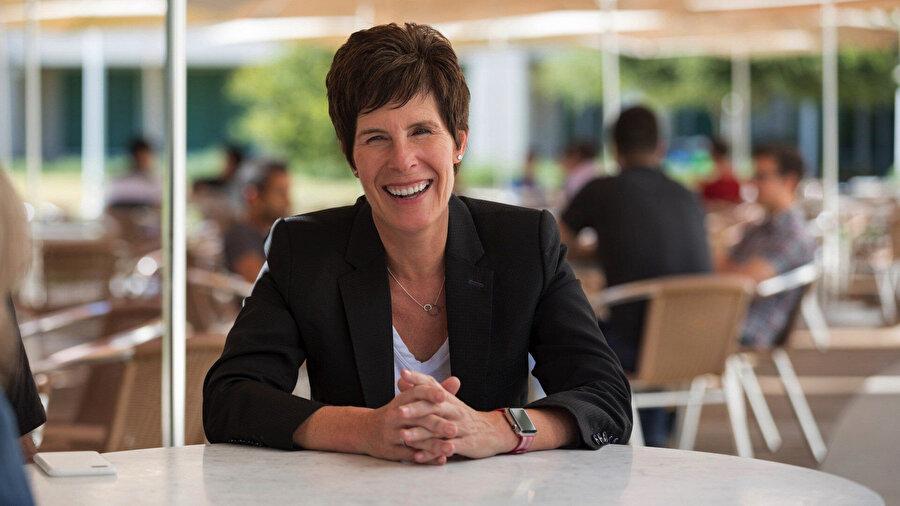 Angela Ahrendts aslında 2006 ile 2014 yılları arasında Burberry CEO'su idi. Daha sonrasında ise Mayıs 2013 itibariyle Apple'da Perakande Mağazalarından Sorumlu Başkan Yardımcısı olarak görev yaptı. Şubat'ta ise şirketten ayrıldı.